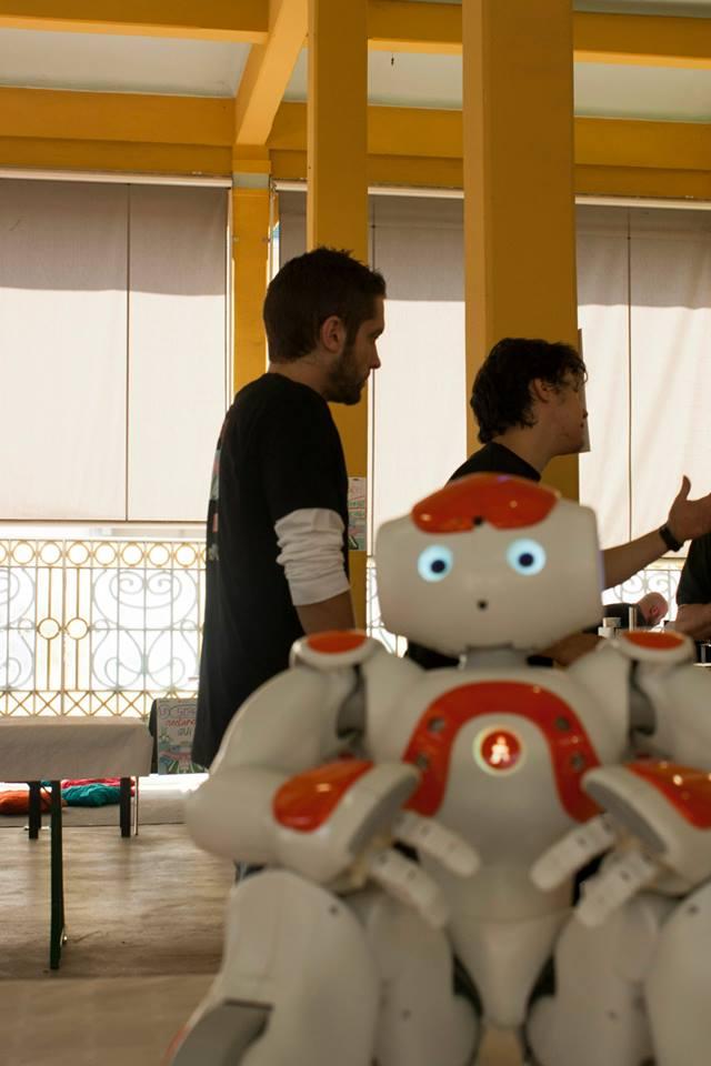 Joe a Robot al mercato, alle prese con Dado e Nao